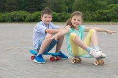 Jongen en meisjesspel op sportraad, broodje achter elkaar stock foto's