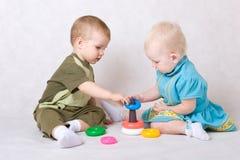 jongen en meisjesspel samen Stock Fotografie