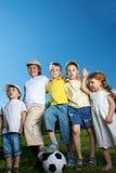 jongen en meisjesspel in voetbal Stock Fotografie