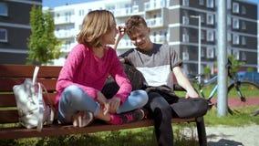 Jongen en meisjeszitting op de bank stock videobeelden