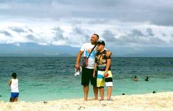 Jongen en mens op het strand royalty-vrije stock fotografie