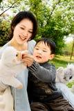Jongen en moeder die samen spelen Stock Fotografie