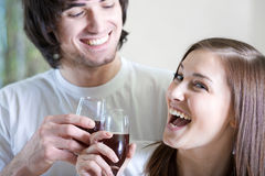 Jongen en mooi meisje met wijnglazen Royalty-vrije Stock Foto