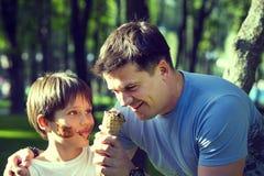 Jongen en papa Royalty-vrije Stock Afbeeldingen