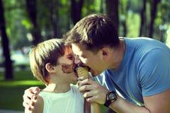 Jongen en papa Stock Foto's