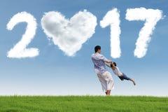 Jongen en papa het spelen op weide met 2017 Stock Fotografie