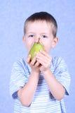 Jongen en peer Stock Fotografie