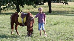 Jongen en poneypaard stock footage