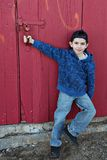 Jongen en rode deur royalty-vrije stock afbeelding