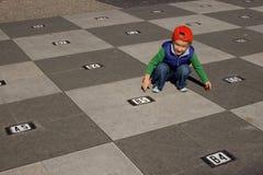 Jongen en schaakbord stock fotografie