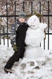 Jongen en sneeuwman Royalty-vrije Stock Foto