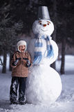 Jongen en Sneeuwman Stock Fotografie