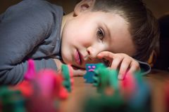 Jongen en speelgoed Kleurrijk die speelgoed van plasticine wordt gemaakt stock afbeelding