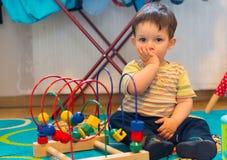 Jongen en stuk speelgoed Stock Fotografie