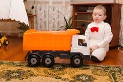 Jongen en stuk speelgoed Stock Afbeeldingen
