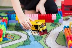 Jongen en stuk speelgoed autotaxi Stock Foto's