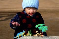 Jongen en stuk speelgoed dinosaurussen Royalty-vrije Stock Afbeeldingen