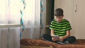 Jongen en tablet stock video