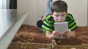Jongen en tablet stock videobeelden