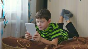 Jongen en tablet stock footage