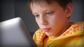 Jongen en tabletcomputer Stock Foto