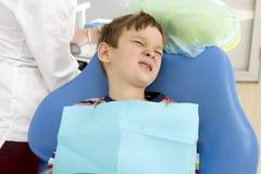 Jongen en tandarts tijdens een tandprocedure Royalty-vrije Stock Foto's
