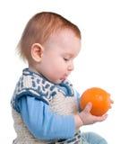 Jongen en verse rustieke sinaasappel royalty-vrije stock afbeeldingen
