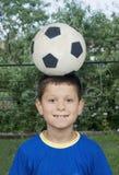 Jongen en voetbalbal Stock Foto's