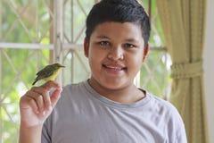 Jongen en vogel Stock Afbeeldingen