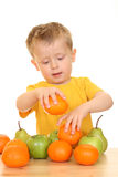 Jongen en vruchten royalty-vrije stock afbeelding