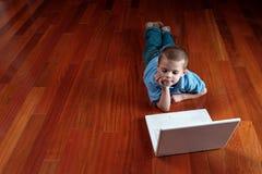 Jongen en zijn computer Stock Foto's