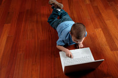 Jongen en zijn computer Royalty-vrije Stock Afbeeldingen