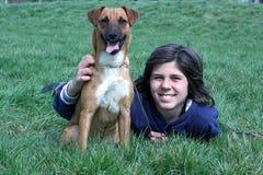Jongen en Zijn Hond van het Huisdier stock foto's