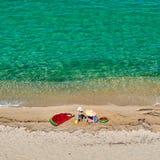 Jongen en zijn moeder op strand met opblaasbare vlotter royalty-vrije stock fotografie