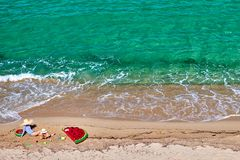 Jongen en zijn moeder op strand met opblaasbare vlotter stock foto's