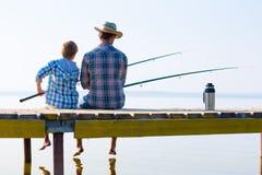 Jongen en zijn vader die togethe vissen Royalty-vrije Stock Fotografie