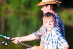 Jongen en zijn vader die togethe vissen Royalty-vrije Stock Foto
