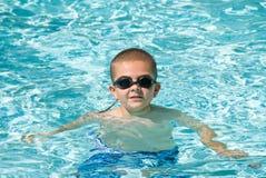 Jongen en zwembad Stock Foto's