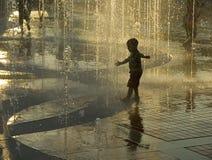 Jongen in fontein Stock Foto