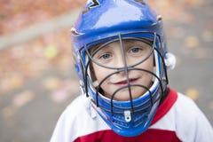 Jongen gekleed om goalie in een spel van het straathockey te zijn Royalty-vrije Stock Foto's