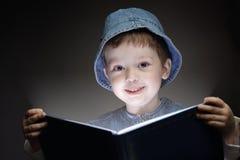 Jongen gelezen boek royalty-vrije stock fotografie