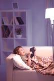Jongen gelezen boek Stock Foto