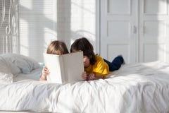 jongen gelezen boek binnen royalty-vrije stock fotografie