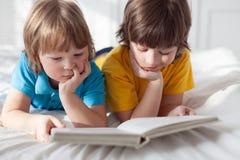 jongen gelezen boek binnen royalty-vrije stock afbeeldingen