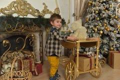 jongen in geruit overhemd bij Kerstmis Stock Foto