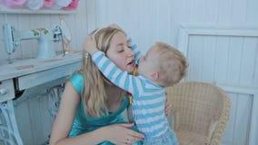 Jongen gezet op halsband aan moeder stock video