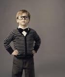 Jongen in glazen, weinig kindportret, jong geitje slimme toevallige kleding Royalty-vrije Stock Afbeeldingen
