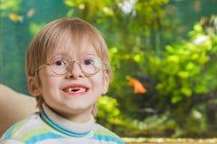 Jongen in glazen wiyh aquarium op achtergrond Stock Fotografie