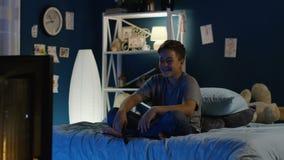 Jongen grappig letten op toont op TV stock video