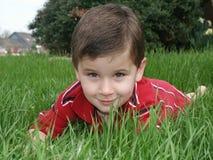 Jongen in gras 2 Stock Fotografie